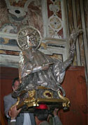La statua del Santo Patrono viene rimossa dalla nicchia